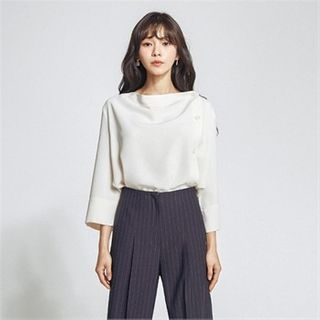 MAGJAY(マグジェイ) - Round-Neck Button-Trim Blouse