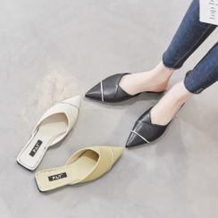 Kostrom - 粗跟飾扣平跟鞋