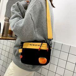 HOVERUP - 红萝卜胸针字母刺绣尼龙斜挎包
