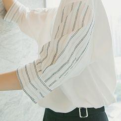 CHIC ERRO  - Striped Panel Sleeve Round-Neck Tee