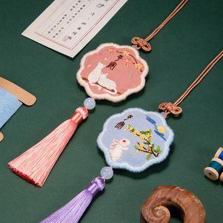 Embroidery Kingdom - Animal / Flower Amulet DIY Embroidery Kit