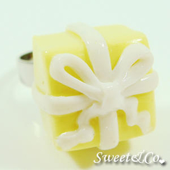 Sweet & Co. - Sweet Christmas Yellow Present Ribbon Silver Ring