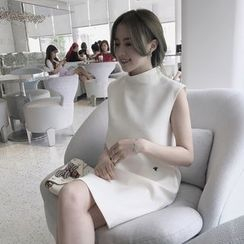 Lumierii - Mock-Neck Sleeveless Shift Dress